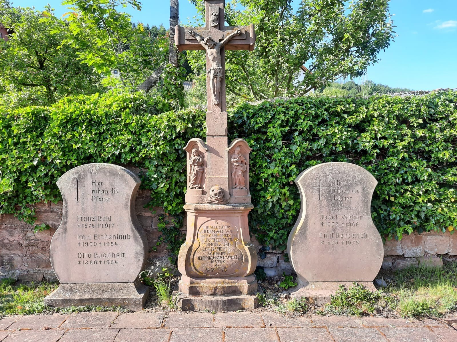 Barock-Kreuz auf dem Friedhof